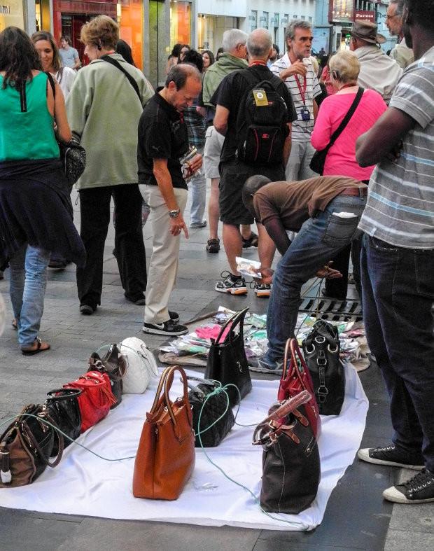 Vendedores ambulantes ocupando ilegalmente la acera, en Madrid - Foto: Bud Ellison