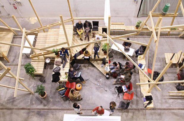 Instalación realizada durante un taller con Zuloark, que prepara el ágora para realizar encuentros y charlas - Foto: CivicWise