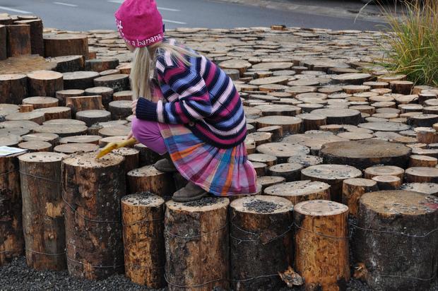 Los niños ya comienzan a jugar en la plaza