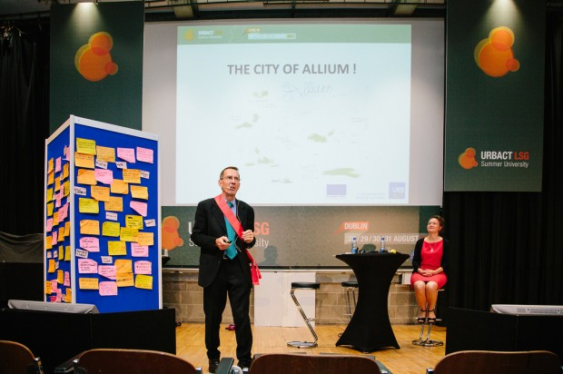 """Peter Ramsden, """"alcalde"""" de Allium, presentando esta ciudad europea ficticia (pero bastante realista) - Foto: URBACT"""