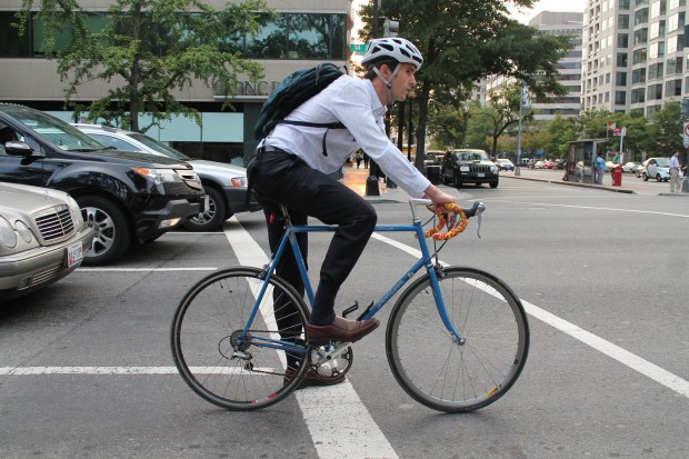 Ir en bici, en un mundo de coches, es para locos o valientes. ¿O no? - Foto por Elvert Barnes
