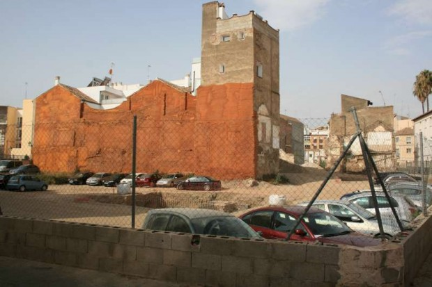 Uno de los solares convertidos en aparcamiento - Imagen por USER Málaga