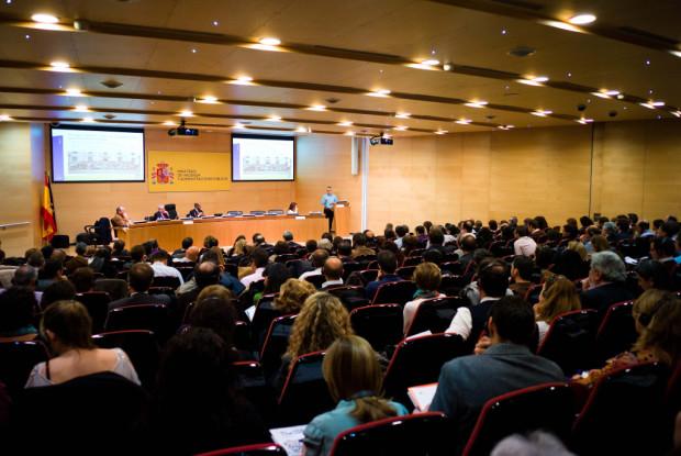 Sala prácticamente llena, durante una de las presentaciones