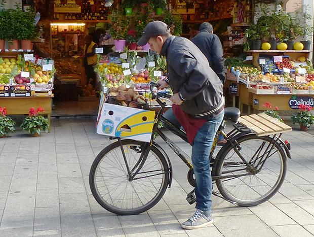 La agilidad de la bicicleta: parar a hacer un recado en cualquier punto de tu camino - Foto por acme08 en Flickr