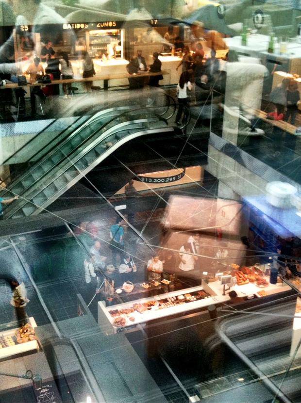 Vista hacia el interior a través de los vidrios de la terraza - foto por Emilio Canosa - clic para ver original