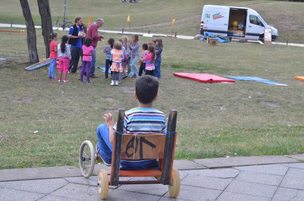 Grupo de animación itinerante en Gorlitzer Park (Kreutzberg). Los juegos, juguetes y materiales han sido construidos por los animadores y en talleres con los propios niños de cada barrio. Foto: A. Walliser