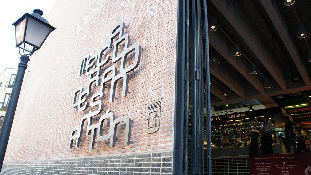 Entrada y letrero del mercado - Foto por Yukino Miyazawa en Flickr - clic para ver original