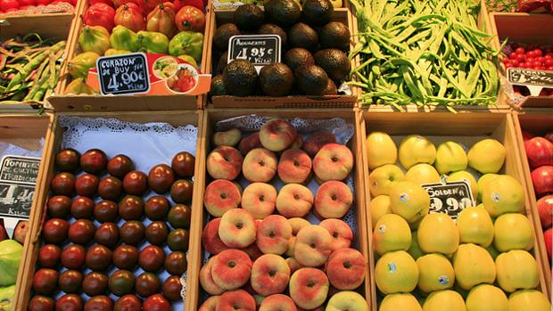 Frutas en un mercado - foto por Miguel (respenda) en Flickr - clic para ver original
