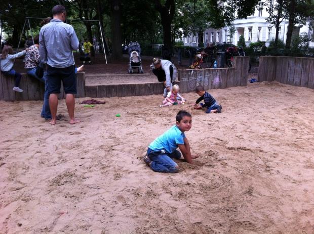Espacio de juego para niños pequeños y padres en Grimm Strasse, en Kreutzberg. Foto: Andrés Walliser
