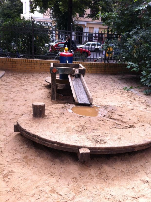 Juego de agua y arena en en la esquina de Reichenberger Strasse y Ohlauer Strasse en Kreuzberg.