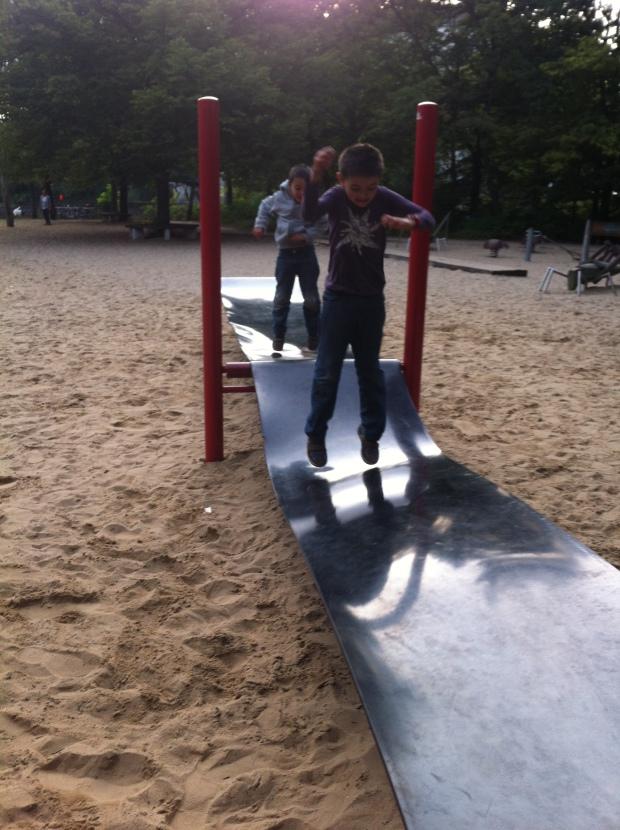Trampolín de caucho para saltar, usado por niños, jóvenes y adultos. El parque entre Löhmuhlenstrasse y Landwehrkanal en Treptow. Foto: A. Walliser
