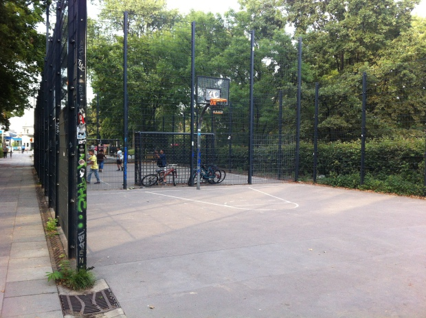 El parque entre Löhmuhlenstrasse y Landwehrkanal en Treptow. Dos semi-canchas de futbito y de basket con cerramiento abierto Foto: A. Walliser