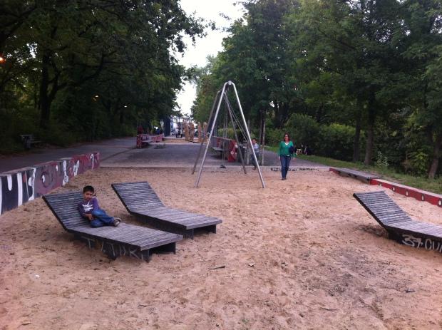 Zona de juego para pequeños y estancial combinada en el parque entre Löhmuhlenstrasse y Landwehrkanal en Treptow. Foto: A. Walliser