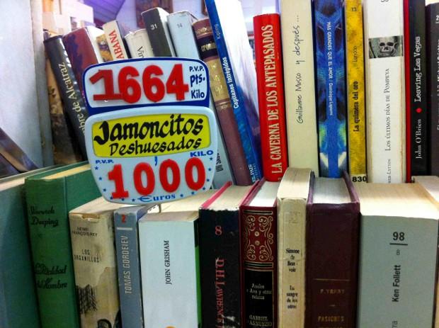 Libros y... jamoncitos deshuesados - Foto por Andrés Walliser
