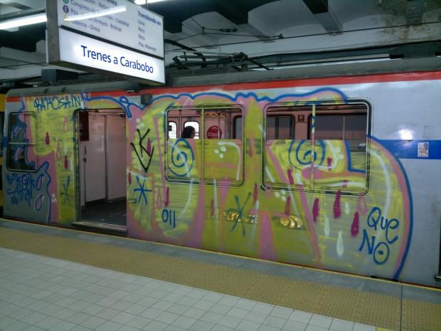 Graffitis en el subte en Buenos Aires - Foto enviada por Martín Marcos