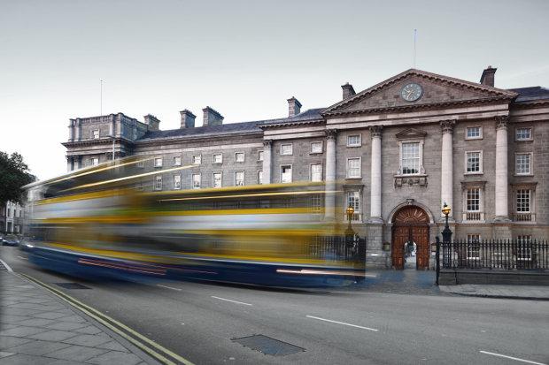 Entrada al campus del Trinity College, Dublin. Imagen: Shutterstock