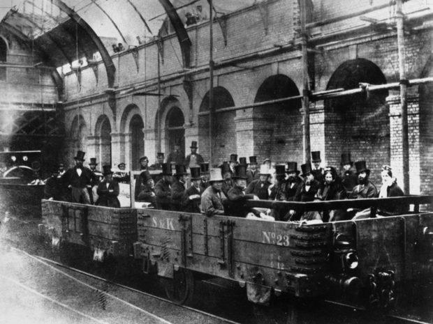 Inaugurado en 1863, el metro de Londres fue el primer sistema de ferrocarril subterráneo del mundo. Foto: Hulton Getty